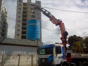 Locação Caminhão Munck para içamento de caixa d'agua.